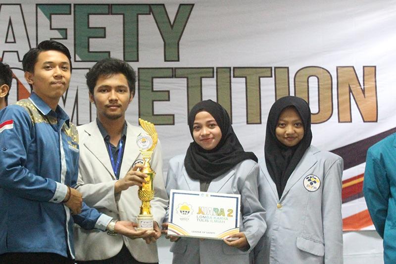 Smart Band Pendeteksi Kelelahan Berhasil Bawa Tiga Mahasiswa PENS menjadi Juara 2 LKTI Nasional