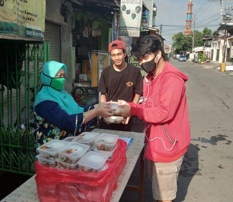 PENS Berikan Bantuan Paket Nasi bagi Mahasiswa yang Berada di Kos